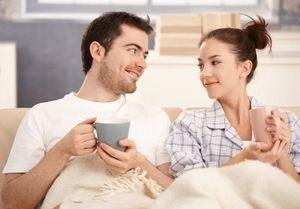 влюбленная пара пьет чай