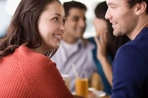 девушка улыбается парню