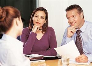 девушка общается с работодателями