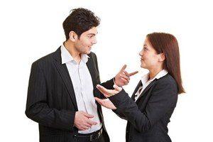 молодые люди общаются, жестикулируя руками