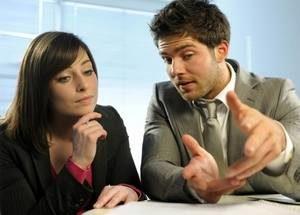 парень объясняет девушке и машет руками