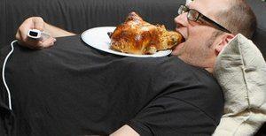 мужчина ест курицу