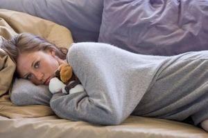 девушка страдает от одиночества