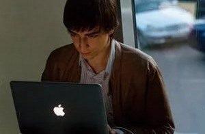 парень за ноутбуком