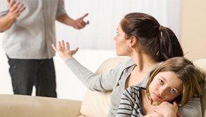 дочь на руках матери