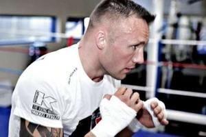 мужчина тренируется на ринге