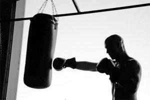 колотить боксерскую грушу