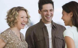 молодые люди улыбаются