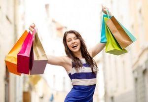 девушка совершает покупки