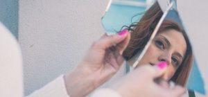 девушка смотрит в разбитое зеркало