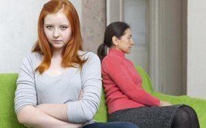 девушка с женщиной сидят на диване