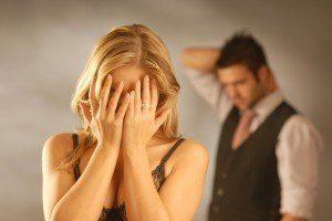 женщина закрыла лицо руками