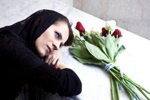 женщина на могиле с цветами
