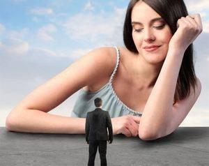девушка смотрит с высока