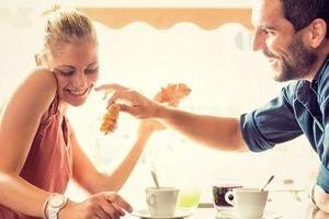молодые люди в кафе