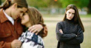девушка смотрит на пару