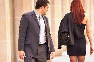 мужчина смотрит в след женщины