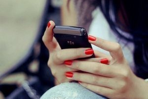 телефон в руке девушки