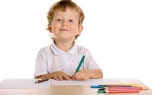 ребенок с карандашами