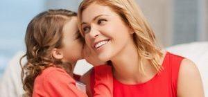 дочь шепчет что-то маме на ухо