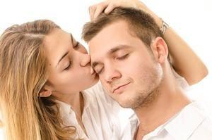 девушка целует любимого