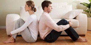 молодые люди сидят спиной друг к другу
