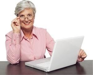 женщина за ноутбуком