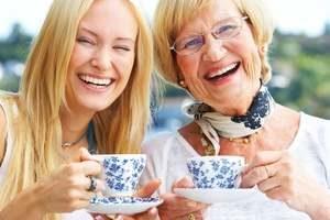 женщины улыбаются