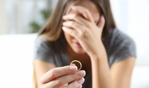 девушка с кольцом в руке