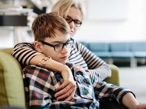 мать обнимает ребенка