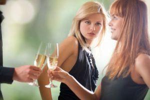 девушки и бокалы с шампанскитм
