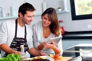 семейная пара готовит на кухне